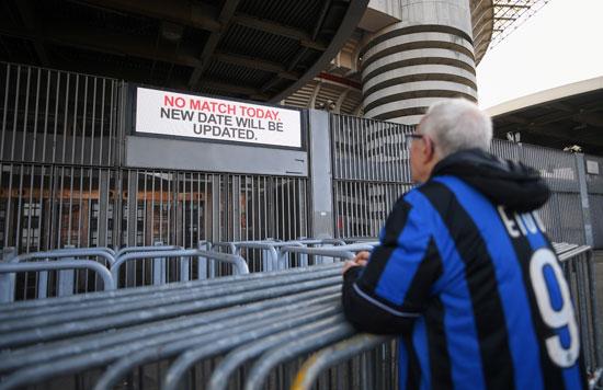 مشجع يشاهد لوحة أعلانات الملعب