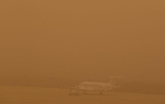الطائرة مغطاة بعاصفة الرمال
