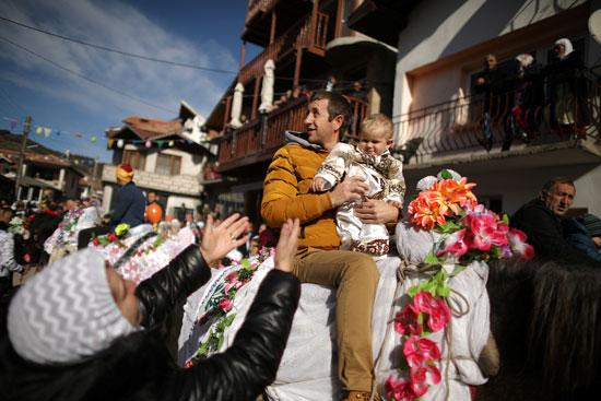 بلغاريون يمارسون الطقوس الخاصة قبل حفل الختان الجماعى