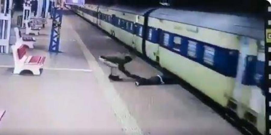 لحظة انقاذ الرجل من القطار