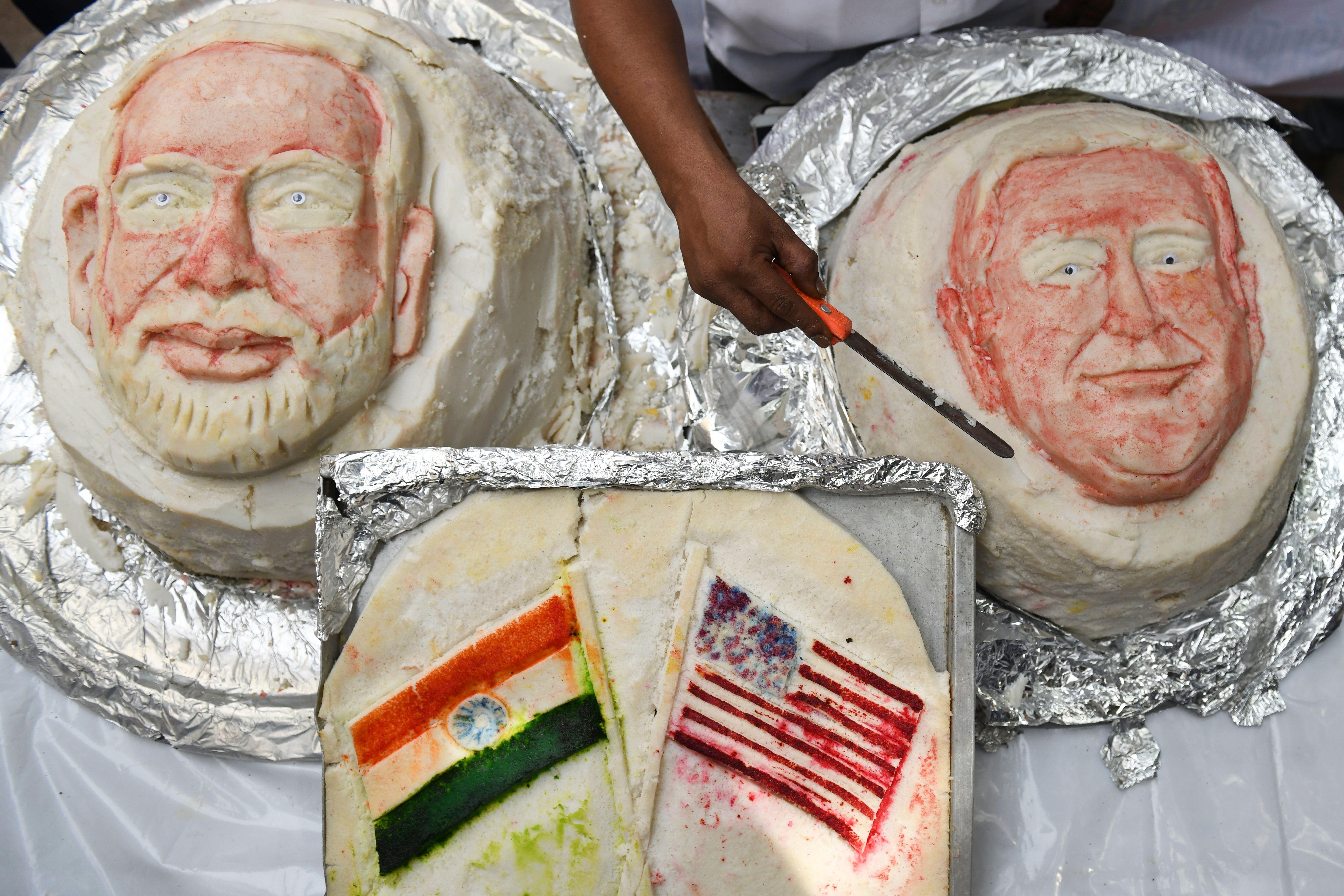 كعكتى أرز تحمل صورة وجه ترامب ومودى