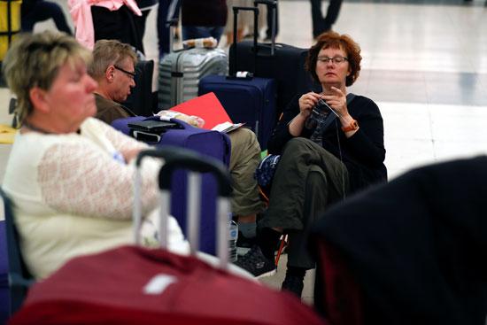 مسافرون داخل المطار