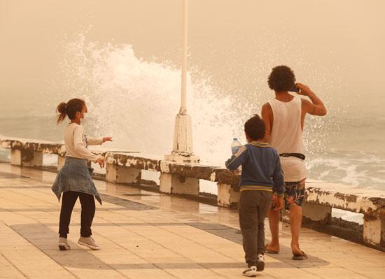 ارتفاع الامواج بسبب الطقس السيئ
