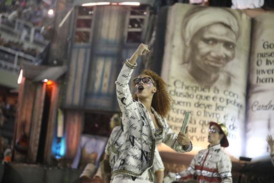 برازيلية-تتفاعل-مع-المهرجان