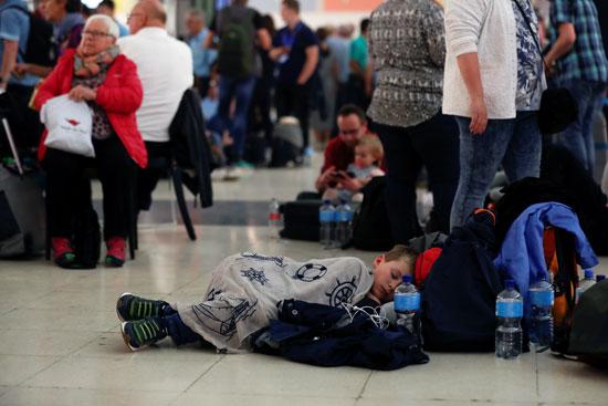 أطفال يفترشون أرض المطار