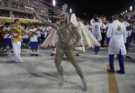 راقصة-برازيلية-تخطف-الكاميرات