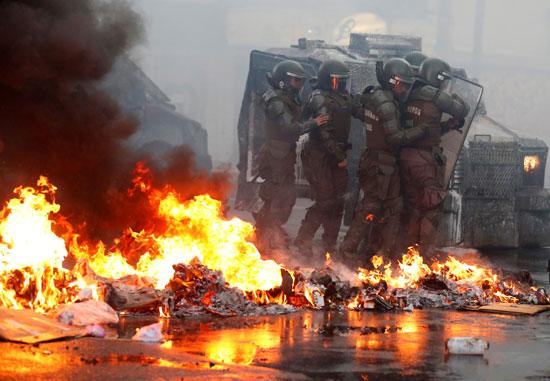 المتظاهرين يضرمون النار فى الشوارع
