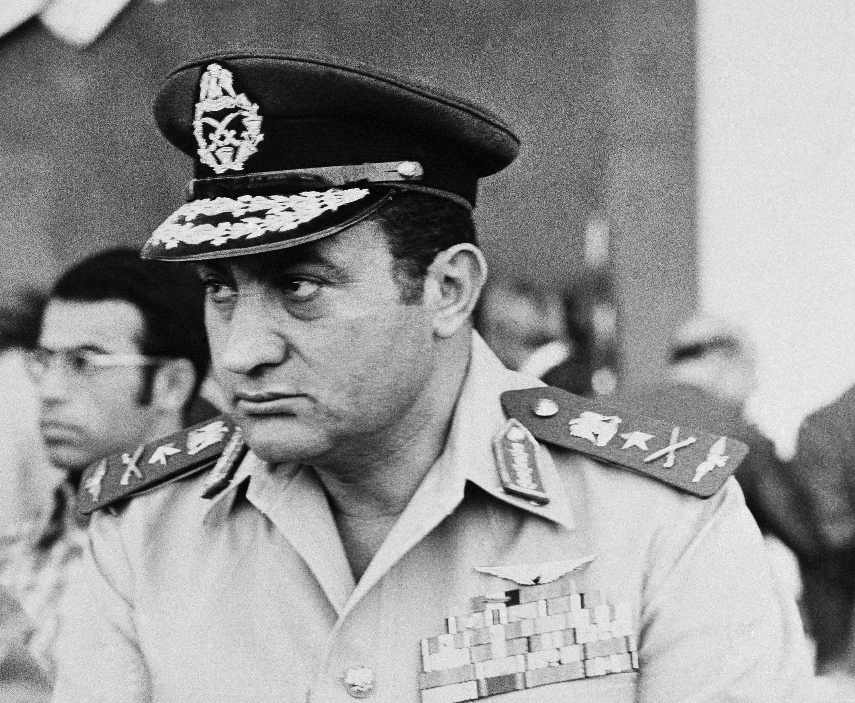 حسنى مبارك بعد ترقيته إلى رتبة الفريق