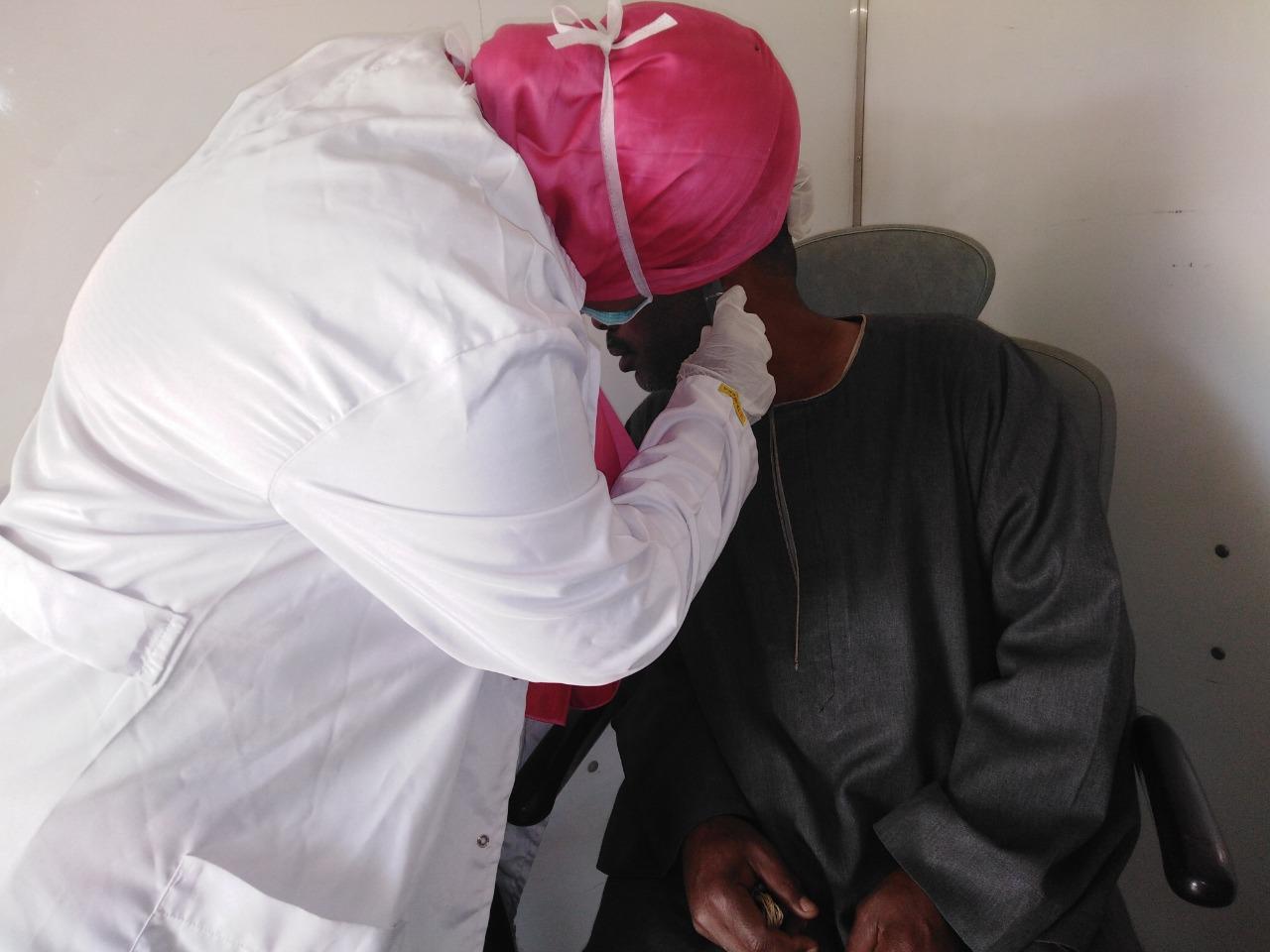 توقيع الكشف الطبى على المواطنين بالقاقلة الطبية (1)