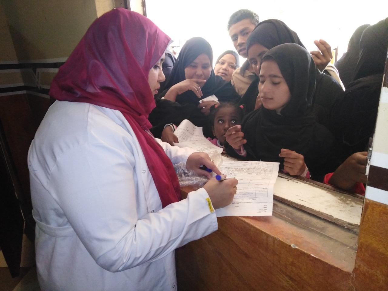 توقيع الكشف الطبى على المواطنين بالقاقلة الطبية (3)