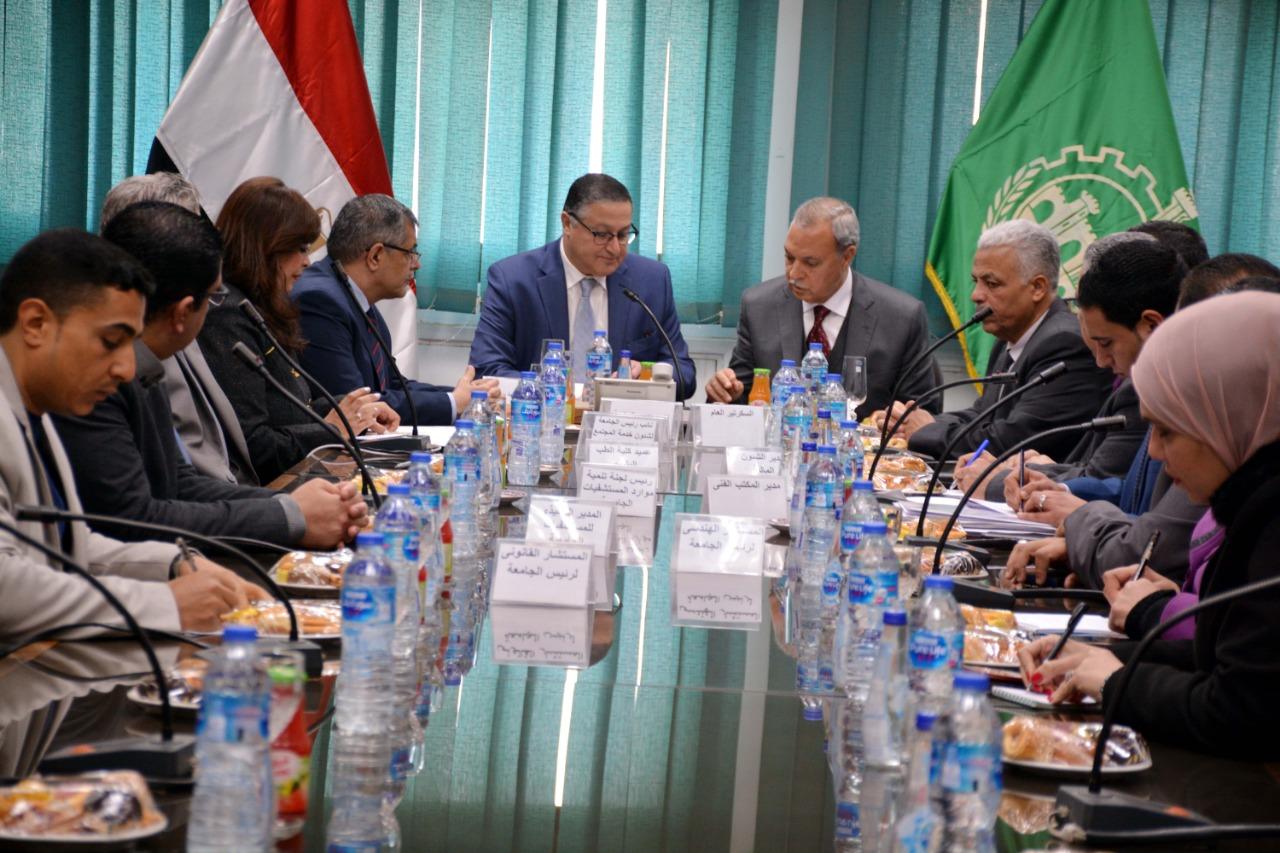 اجتماع رئيس جامعة بنها ومحافظ القليوبية (6)