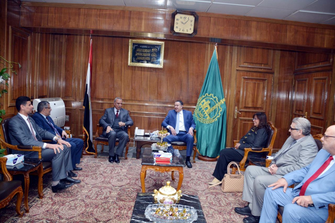 اجتماع رئيس جامعة بنها ومحافظ القليوبية (2)
