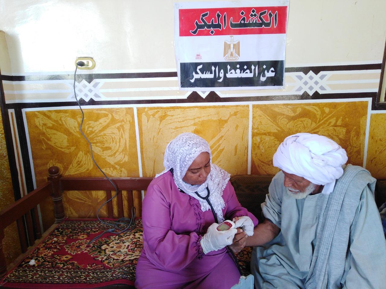 توقيع الكشف الطبى على المواطنين بالقاقلة الطبية (7)