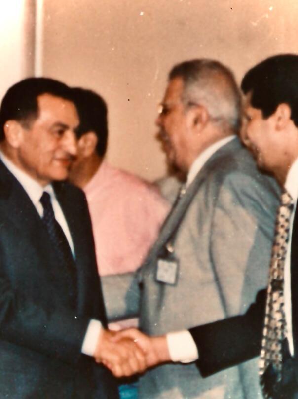 السيناريست أيمن سلامة يصافح الرئيس الأسبق الراحل حسنى مبارك