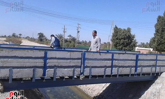 كوبرى-مشاه-معدنى-لحماية-أرواح-طلبة-مدرسة-نجع-أبو-الحمد-للتعليم-الأساسي--(1)