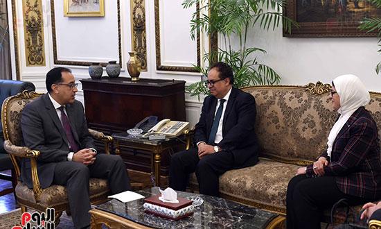 رئيس الوزراء يلتقى عميد الدراسات العليا (2)