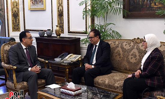 رئيس الوزراء يلتقى عميد الدراسات العليا (4)