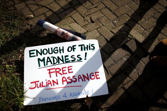 لافتات تطالب بإطلاق سراح جوليان أسانج