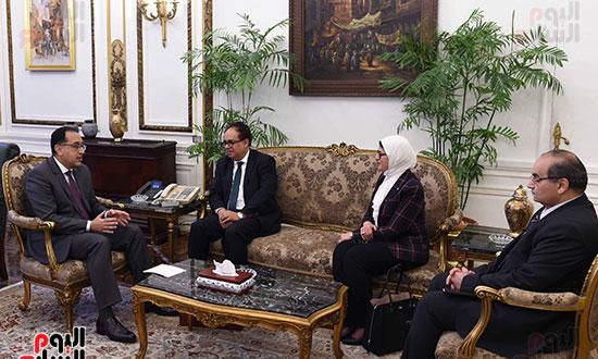 رئيس الوزراء يلتقى عميد الدراسات العليا (1)