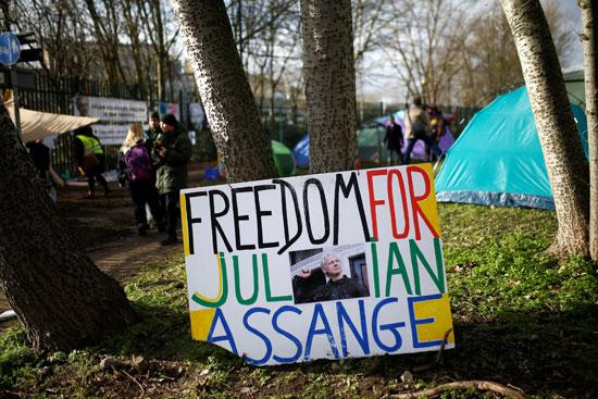 لافتات تطالب بإطلاق سراحه