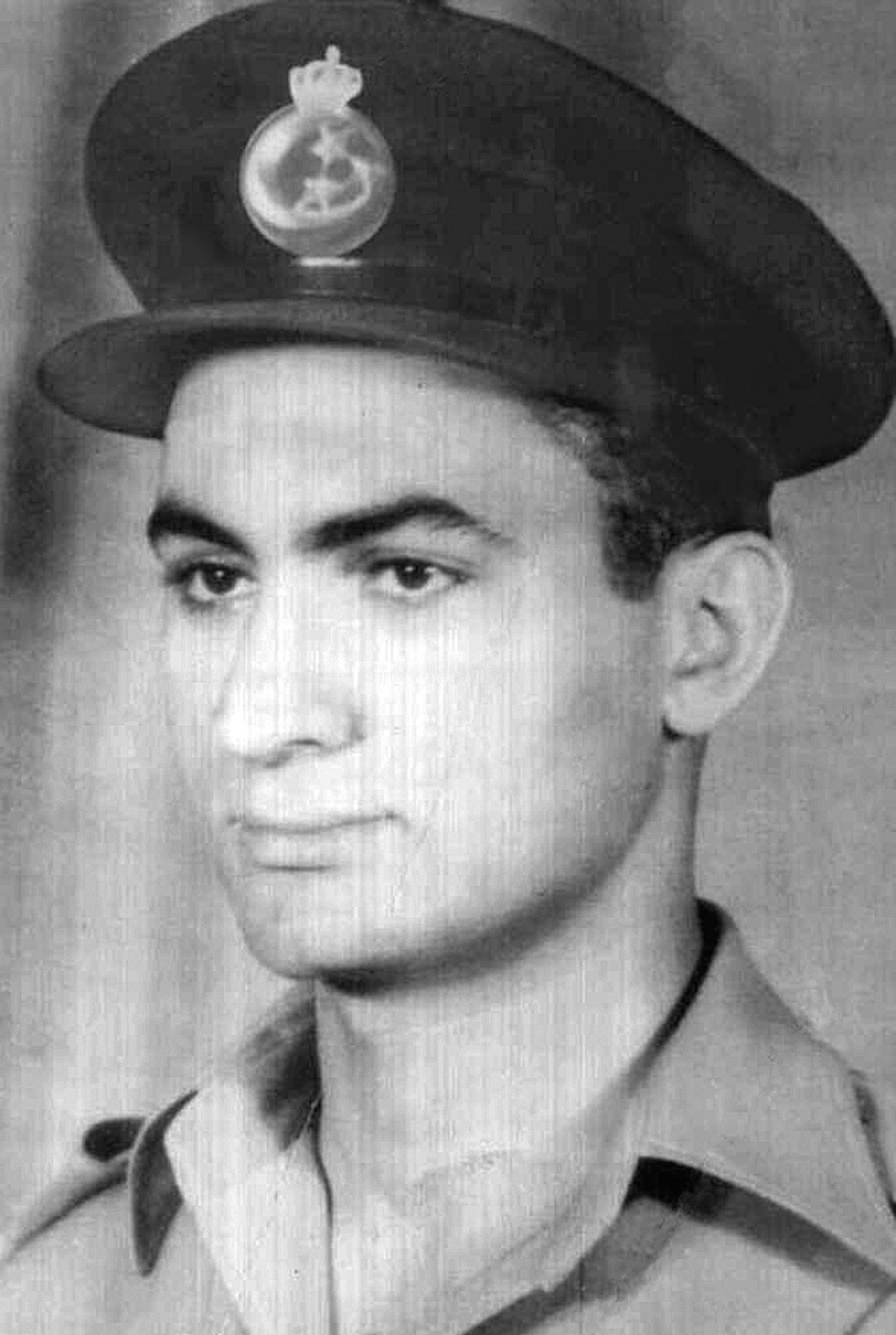 الملازم طيار حسنى مبارك عام 1952