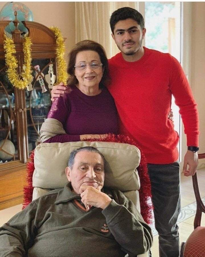 عمر مبارك مع جده وجدته