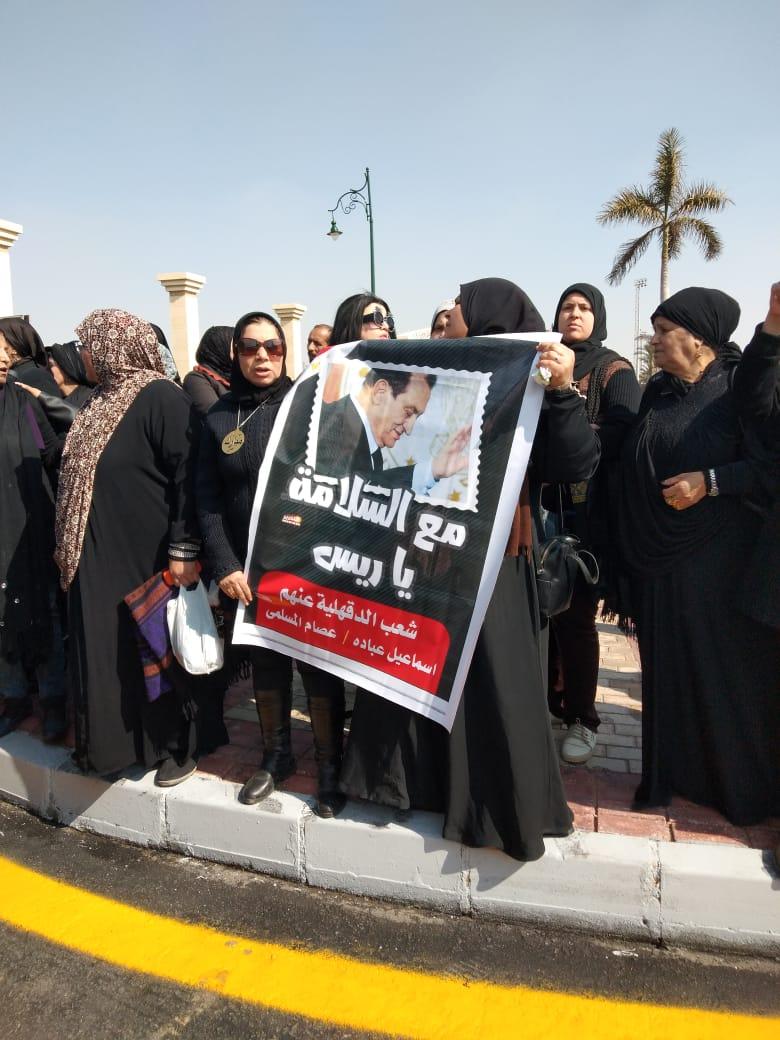 العشرات حول فريد الديب محامي الرئيس الراحل مبارك (1)