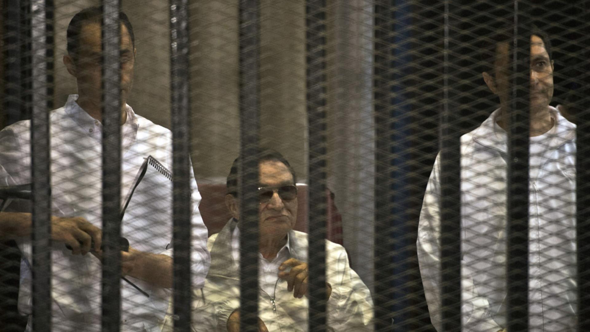 مبارك خلف القضبان