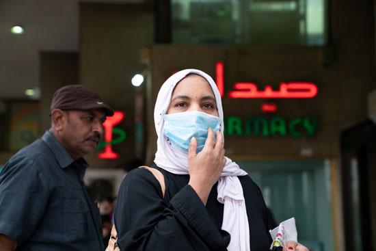 سيدة كويتية ترتدى الكمامة