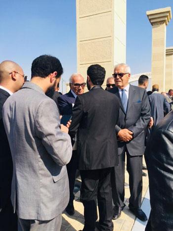 المعزين يتجمعون بعد تشييع جنازة الرئيس الأسبق حسنى مبارك  (1)