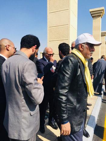 المعزين يتجمعون بعد تشييع جنازة الرئيس الأسبق حسنى مبارك  (3)