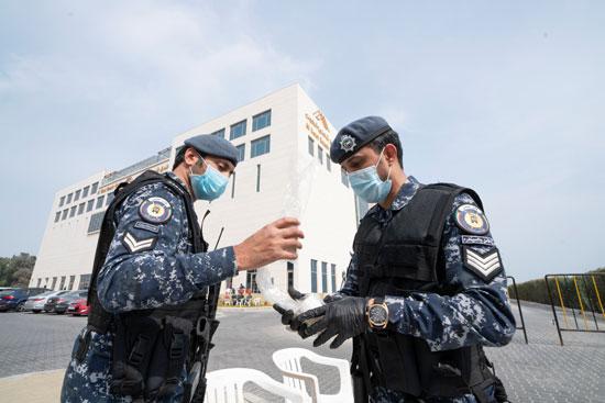الشرطة الكويتيه ترتدى الكمامة