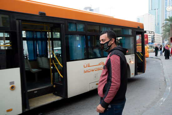 رجل يقف وسط الشارع يرتدى الكمامة