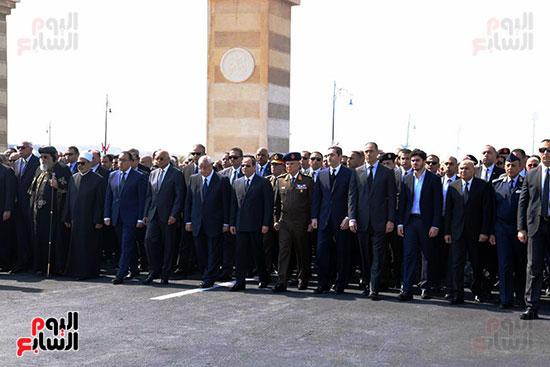 الرئيس السيسى يتقدم الجنازة العسكرية لتشييع جثمان مبارك (2)