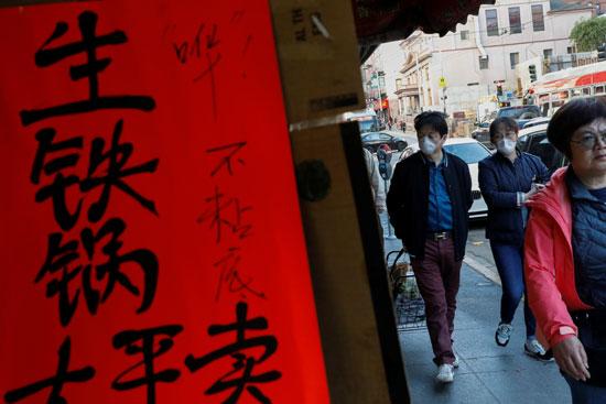 إرتداء اقنعة الوجه لسكان الحى الصينى