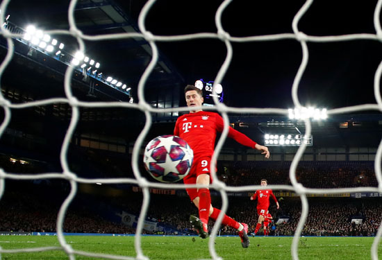 روبرت لاندوفسكى لاعب بايرن ميونيخ يسجل هدفه