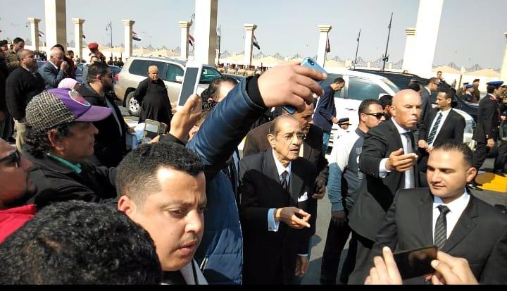 العشرات حول فريد الديب محامي الرئيس الراحل مبارك (4)
