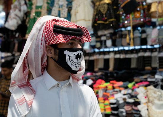 مواطن كويتى يرتدى الكمامة