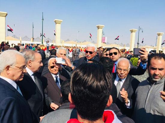 المعزين يتجمعون بعد تشييع جنازة الرئيس الأسبق حسنى مبارك  (4)