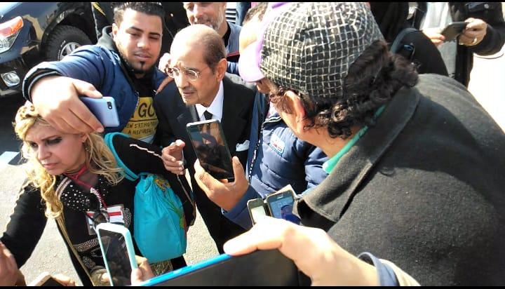 العشرات حول فريد الديب محامي الرئيس الراحل مبارك (2)
