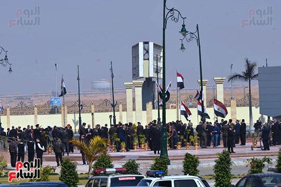 تشريفات أمنية بمدخل مسجد المشير لانتظار تشيع جثمان مبارك (5)