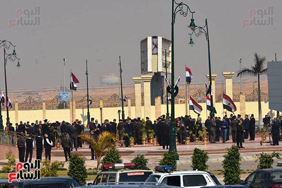 تشريفات أمنية بمدخل مسجد المشير لانتظار تشيع جثمان مبارك (8)