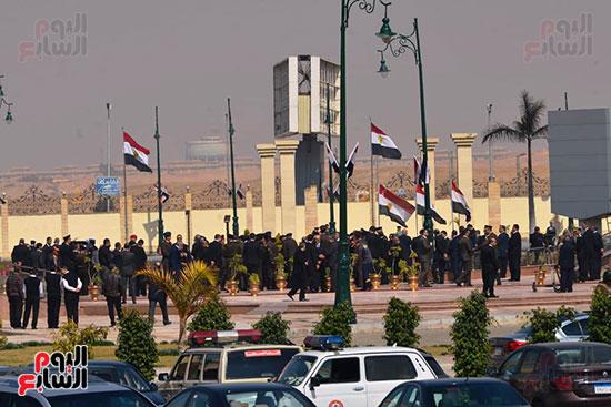 تشريفات أمنية بمدخل مسجد المشير لانتظار تشيع جثمان مبارك (10)