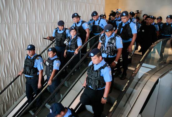 إستعدادات قبل تفريق المتظاهرين