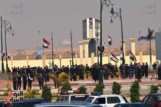 تشريفات أمنية بمدخل مسجد المشير لانتظار تشيع جثمان مبارك (11)