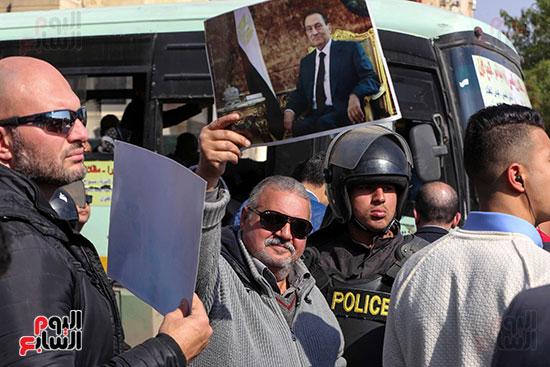وصول طائرة جثمان الرئيس الأسبق مبارك (13)