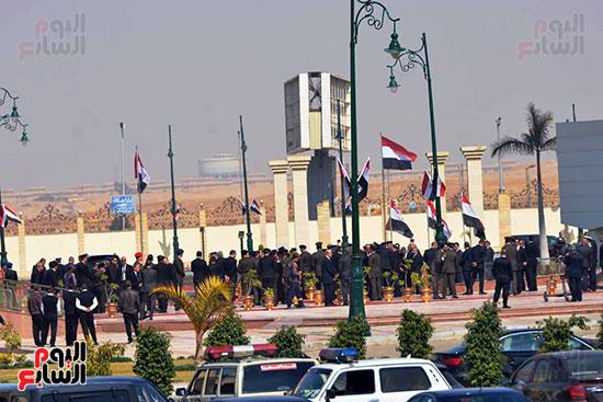 تشريفات أمنية بمدخل مسجد المشير لانتظار تشيع جثمان مبارك (17)