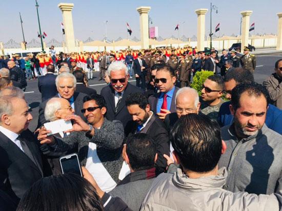 المعزين يتجمعون بعد تشييع جنازة الرئيس الأسبق حسنى مبارك  (2)