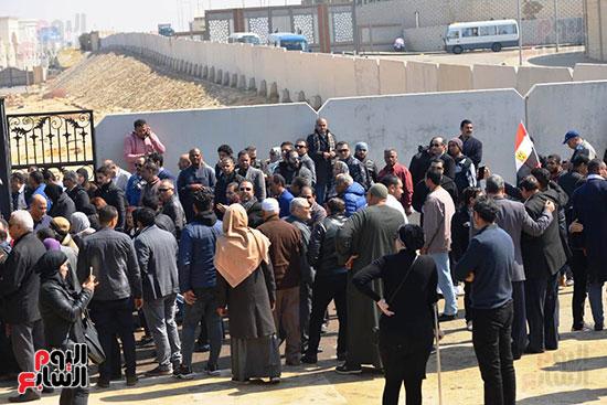 تشريفات أمنية بمدخل مسجد المشير لانتظار تشيع جثمان مبارك (4)