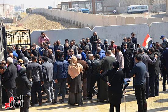 تشريفات أمنية بمدخل مسجد المشير لانتظار تشيع جثمان مبارك (3)